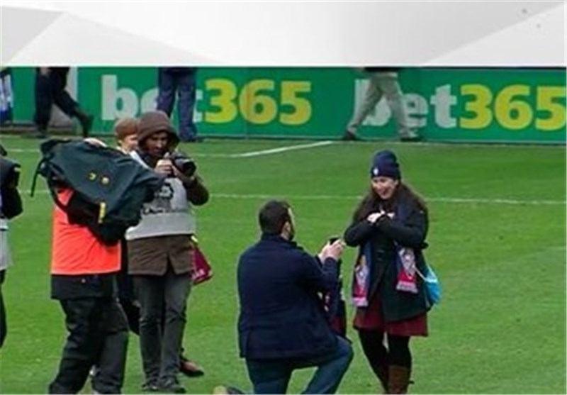 خواستگاری بین دو نیمه بازی فوتبال (تصویر)