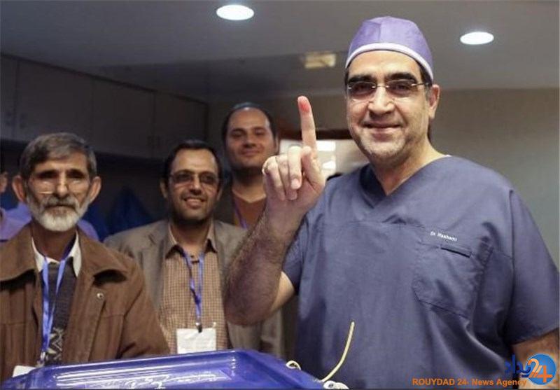 وزیر بهداشت با لباس جراحی رای داد (تصویر)