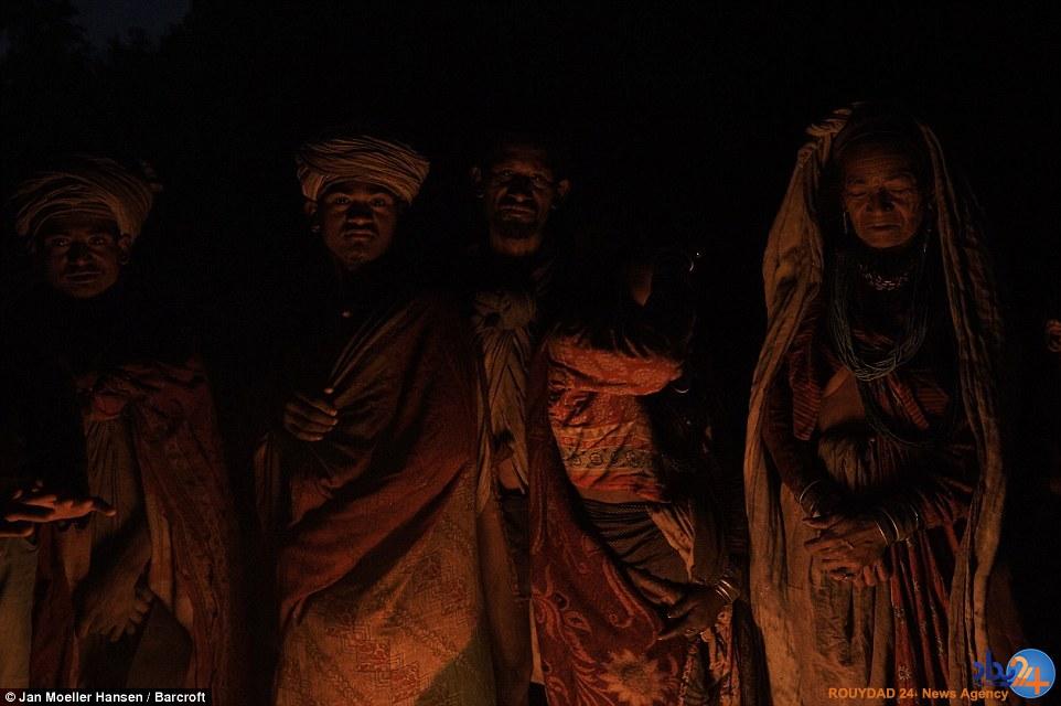 قبیله نپالی که مردههایش را ایستاده دفن میکند (تصاویر)
