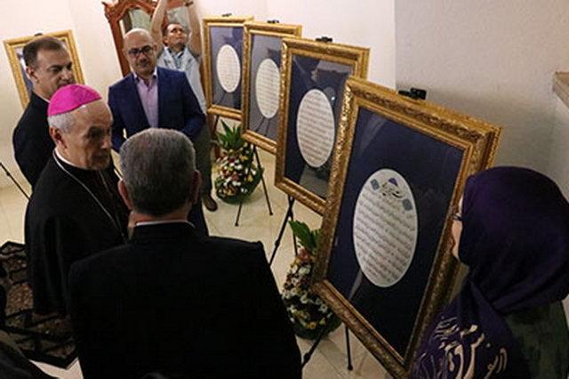 اهدای تابلوی خوشنویسی هنرمند ایرانی به پاپ فرانسیس