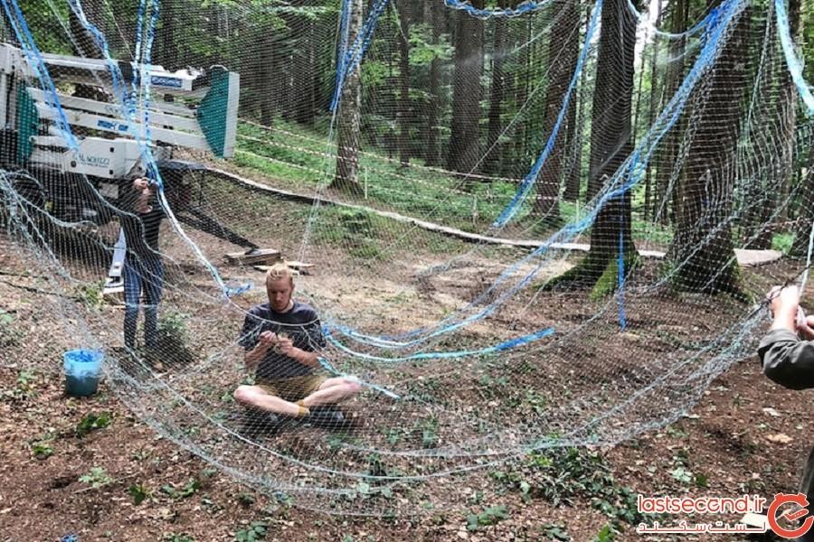 لوستر عجیبی که در جنگل نصب شده است!