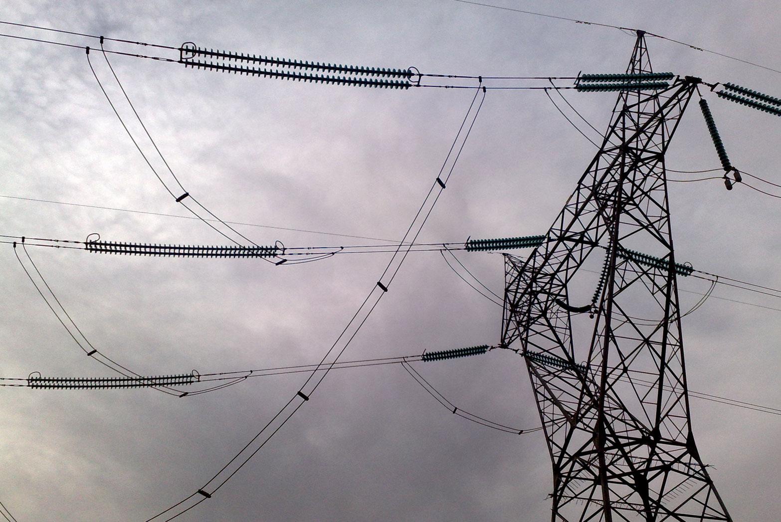 وزارت نیرو در ترمیم خطوط انتقال برق کوتاهی میکند/ بیتوجهی شرکت برق قابل انکار نیست