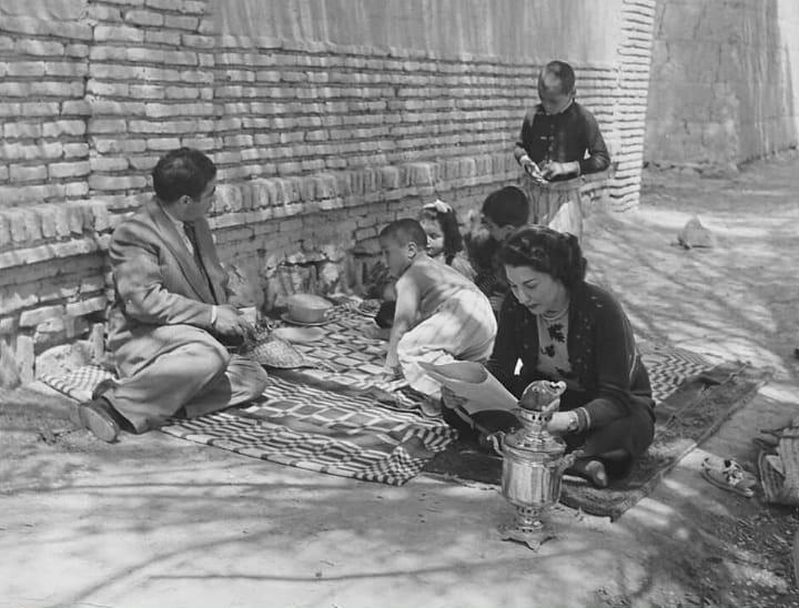 عکسی قدیمی از گردش خانوادگی در اطراف رودخانه در دهه ۳۰