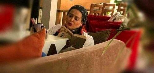 بهاره رهنما درحال کتابخوانی در منزل شخصی اش+عکس