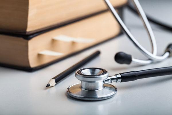 فعالیت ۴۰ هزار پزشک در شغل غیرپزشکی/ پسگرفتن شکایات وزارت بهداشت از رسانهها