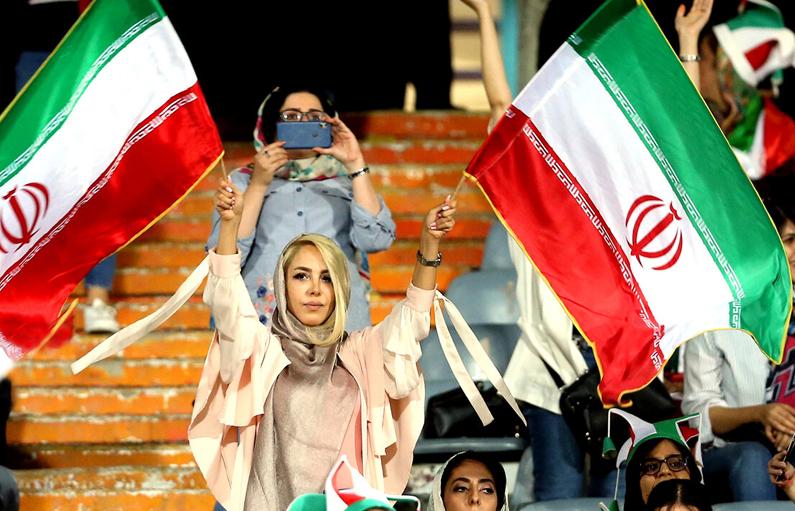 واکنش جالب رسانهها به حضور زنان در ورزشگاه آزادی/ وقتی اصلاح طلبان و اصولگرایان در حذف زنان اشتراک دارند!