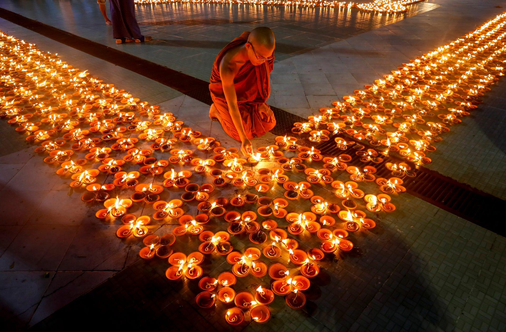 عکس روز/ راهب بودایی در معبدی در شهر یانگون میانمار
