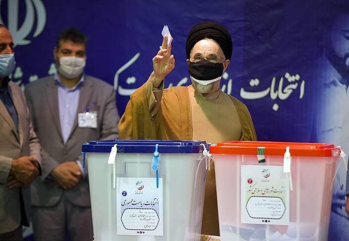 ابطحی: سیدمحمد خاتمی به همتی رأی داد