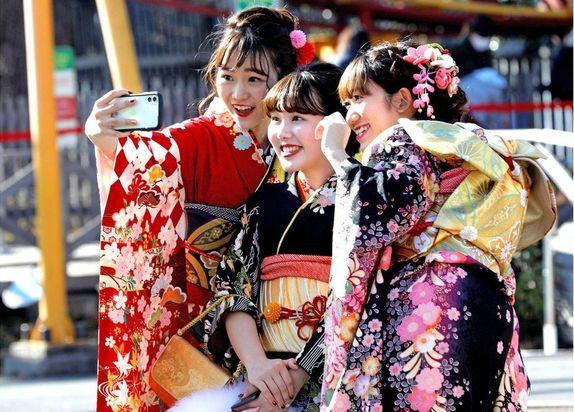 تصاویری از جشن ۲۰ سالگی دختران و پسران ژاپنی