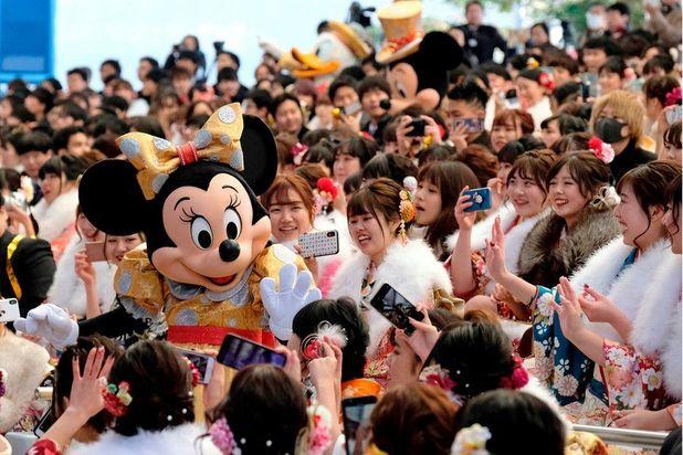 در این مراسم دختران 20 ساله با لباسهای زیبا و رنگارنگ کیمونو و پسران 20 ساله با لباس سنتی ژاپن یا کت و شلوار و کراوات در اماکن عمومی ظاهر میشوند.