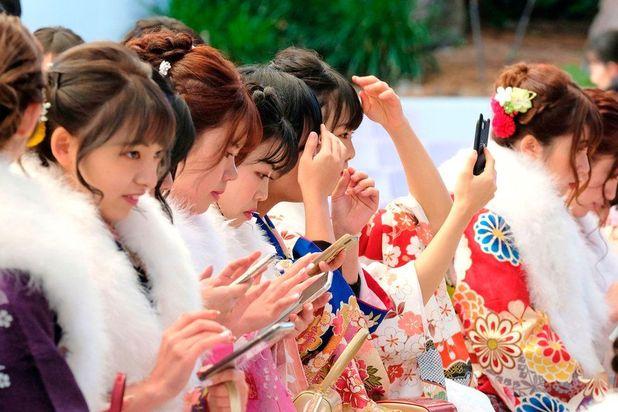 براساس قانون جدید، جوانان ژاپنی دیگر نیازی به اجازه خانوادههای خود برای ازدواج ندارند. در حال حاضر پسران بالای ۱۸ سال و دختران بالای ۱۶ سال با اجازه والدین خود ازدواج میکنند.