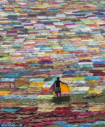 تصویری از پارچههای رنگی که شکل هماهنگ آنها بافت زیبایی به وجود آورده است.