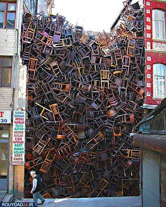 صندلیهای چیده شده روی هم